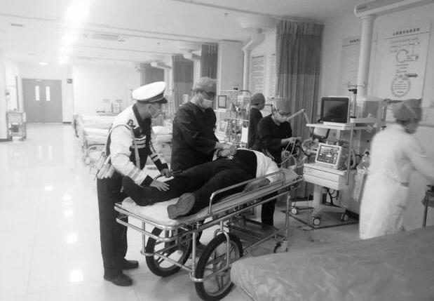 男子突發心臟病 民警緊急護送